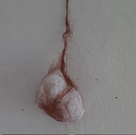Mendes, F. (2019). Por um fio [By a thread]. Fabric and copper wire, 80 x 25 x 10 cm.