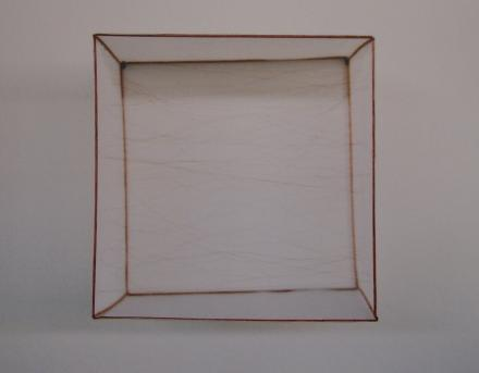 Mendes, F. (1997). Caixinha [Little box]. Wood, cotton canvas and copper wire. 50 x 50 x 50 cm.