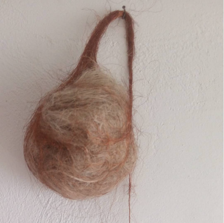 Mendes, F. (2019). Sem título [Untitled]. Burlap and copper wire, 70 x 30 x 15 cm.